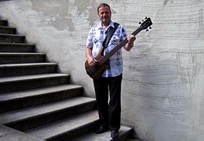 Eckhard spielt einen Bass von Warwick